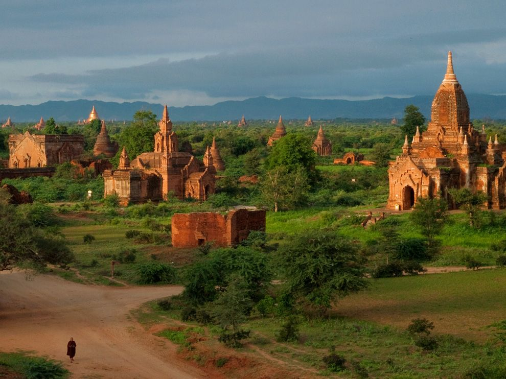 monk-road-bagan_37919_990x742.jpg