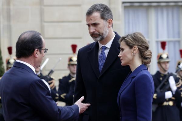 La-reine-Letizia-et-le-roi-Felipe-VI-avec-le-president-Francois-Hollande-dans-la-cour-de-l-Elysee-a-Paris-le-24-mars-2015.jpg